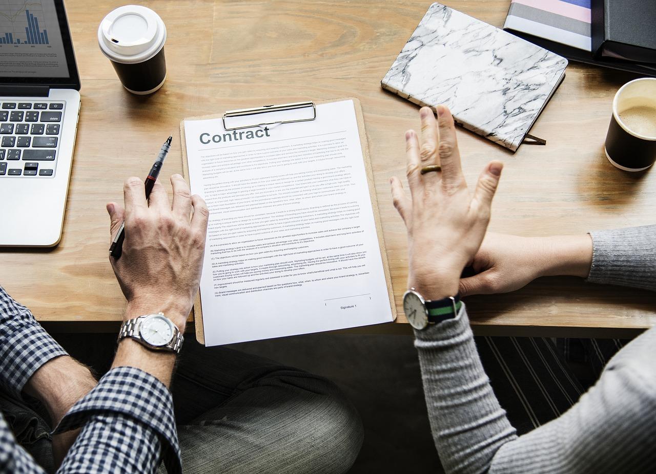 firma di un contratto di fronte ad un buon caffè